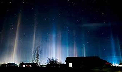 Как возникают вертикальные столбы света?
